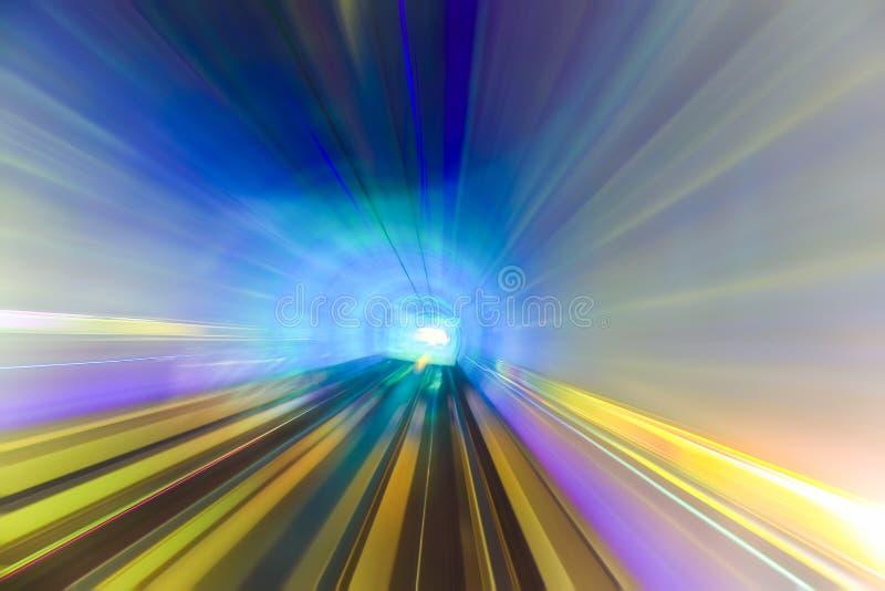 Rörelse som är snabb i färgrik tunnel arkivbild