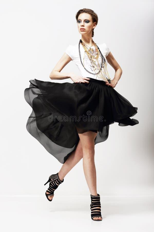 Rörelse. Vitalitet. Lyxig Supermodel, i att fladdra modeklänningen. Svängning arkivfoton