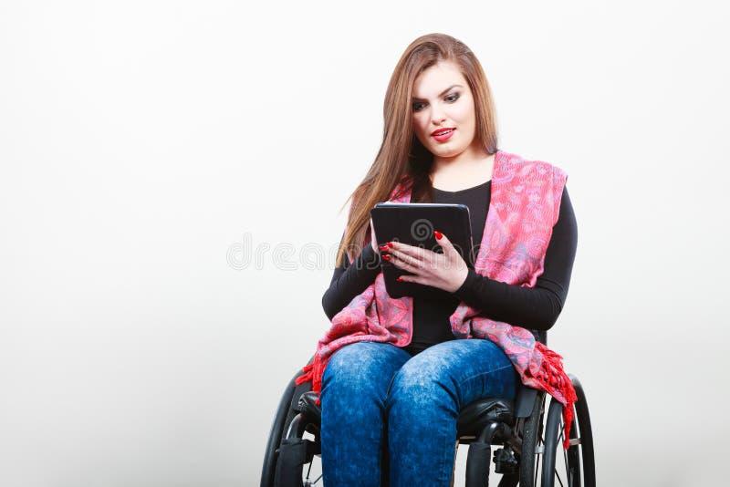 Rörelsehindrad dam för barn med minnestavlan arkivbilder