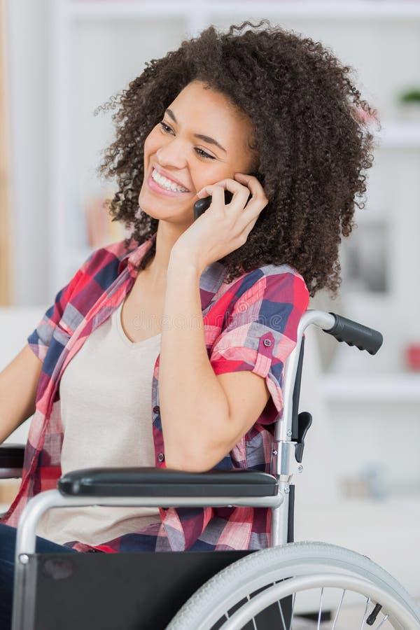 Rörelsehindrad dam som använder telefonen royaltyfri foto
