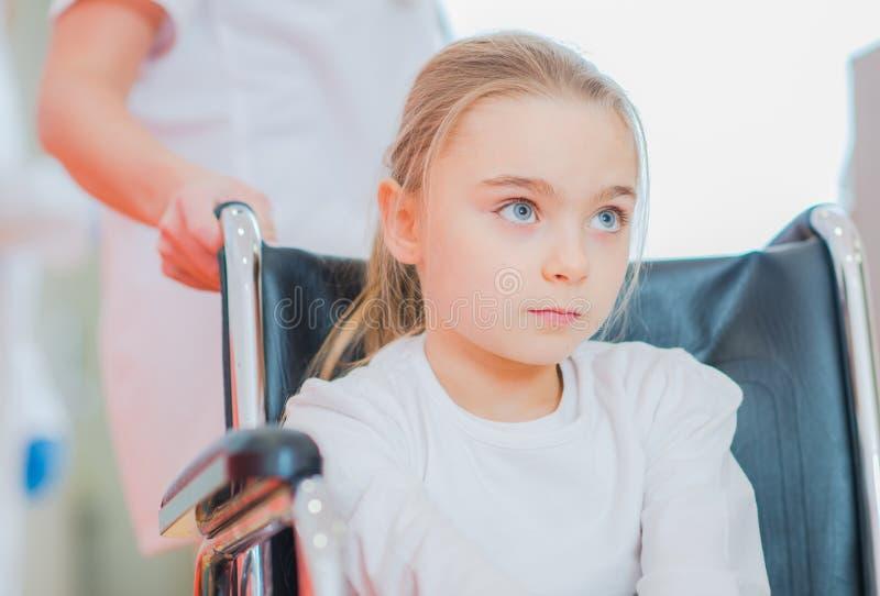 Rörelsehindrad flicka på en rullstol arkivbild