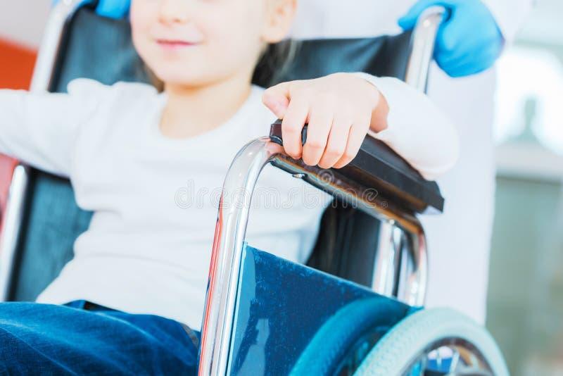 Rörelsehindrad flicka på rullstolen arkivfoton