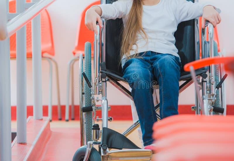 Rörelsehindrad flicka på rullstolen royaltyfria bilder
