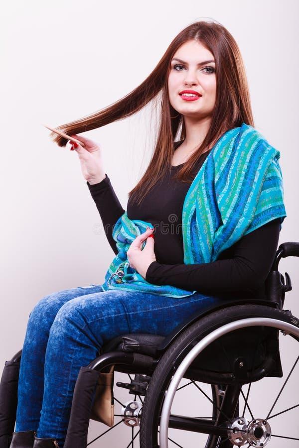 Rörelsehindrad flicka som gör hennes hår royaltyfri bild
