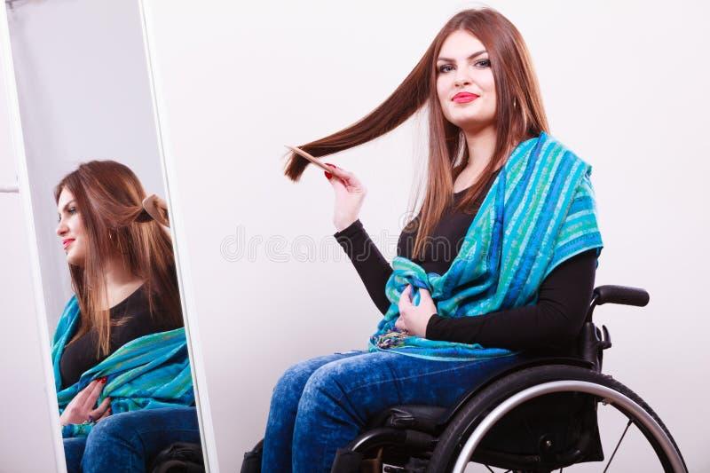 Rörelsehindrad flicka som ser spegeln royaltyfri bild