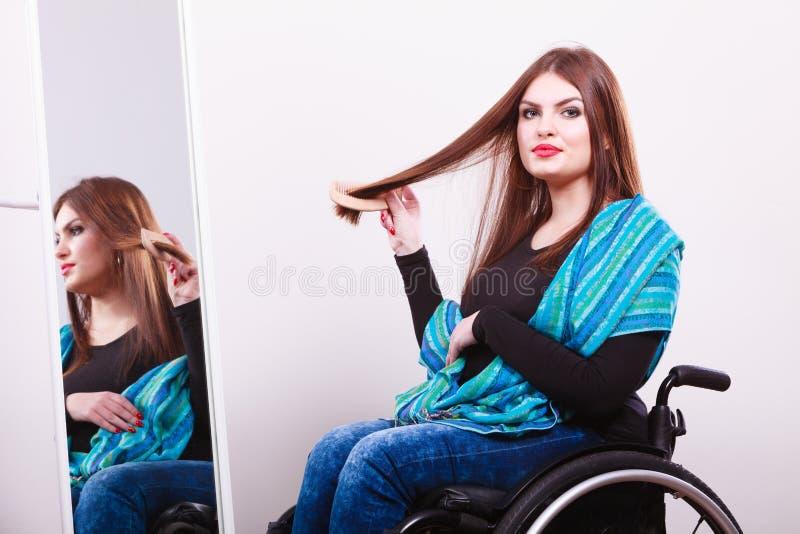 Rörelsehindrad flicka som ser spegeln arkivbilder