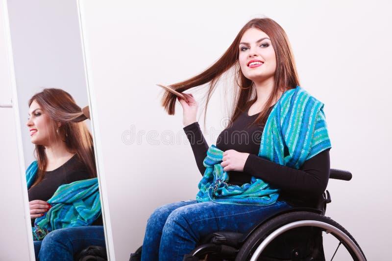 Rörelsehindrad flicka som ser spegeln fotografering för bildbyråer