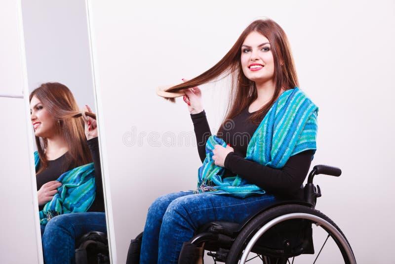 Rörelsehindrad flicka som ser spegeln royaltyfri foto