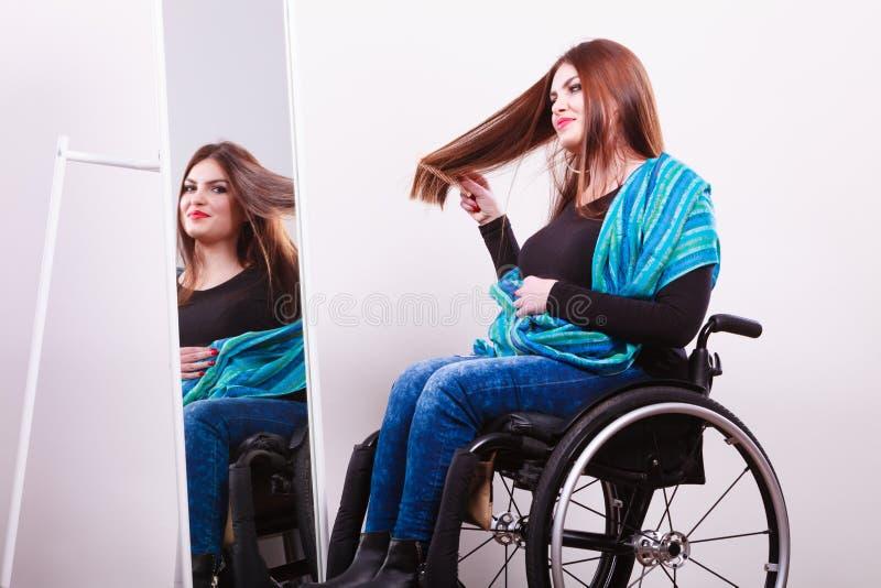 Rörelsehindrad flicka som ser spegeln royaltyfria bilder