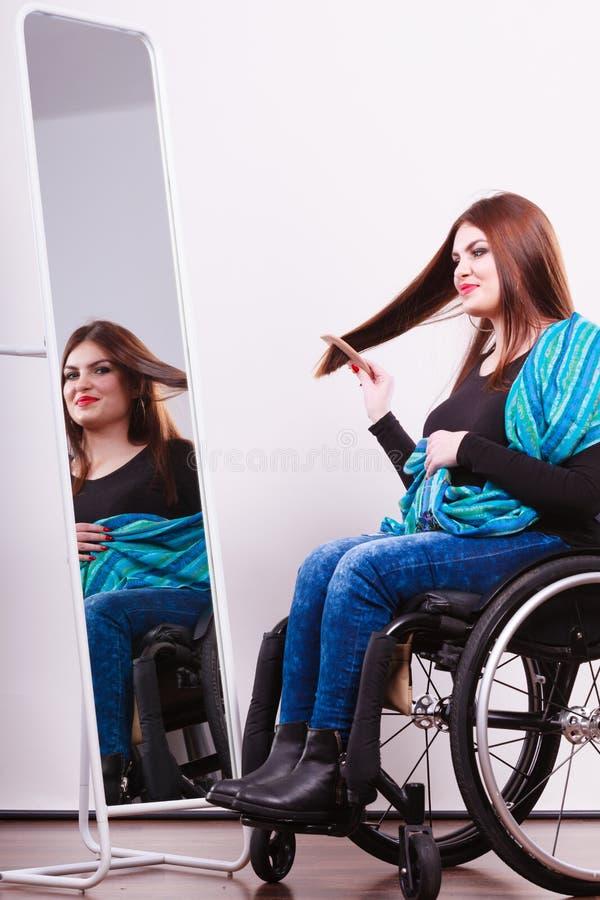Rörelsehindrad flicka som ser spegeln royaltyfri fotografi