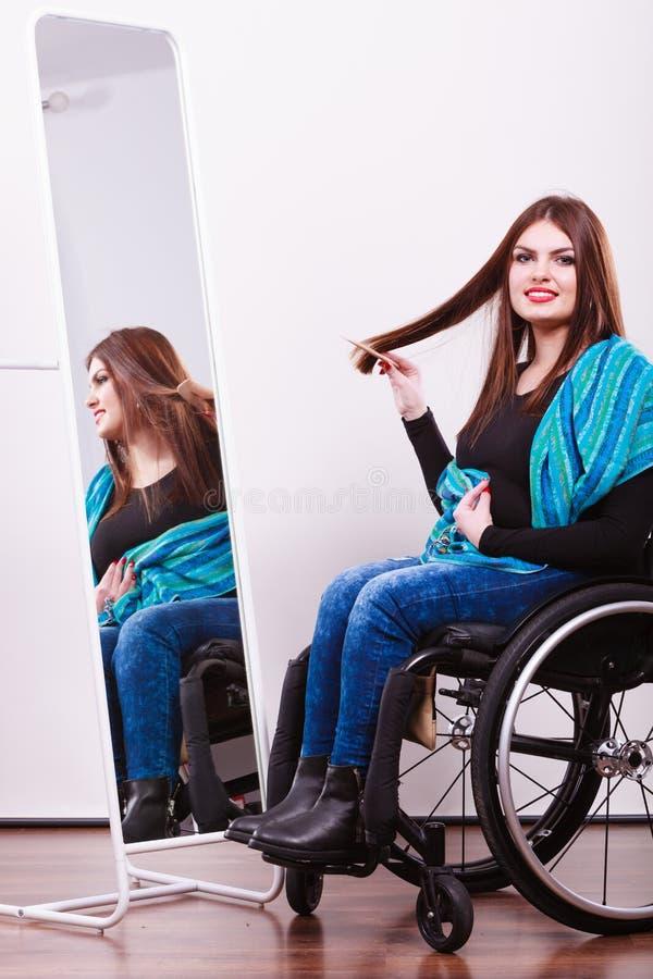 Rörelsehindrad flicka som ser spegeln arkivfoton