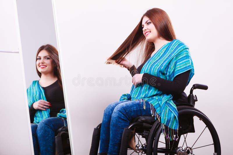 Rörelsehindrad flicka som ser spegeln arkivbild
