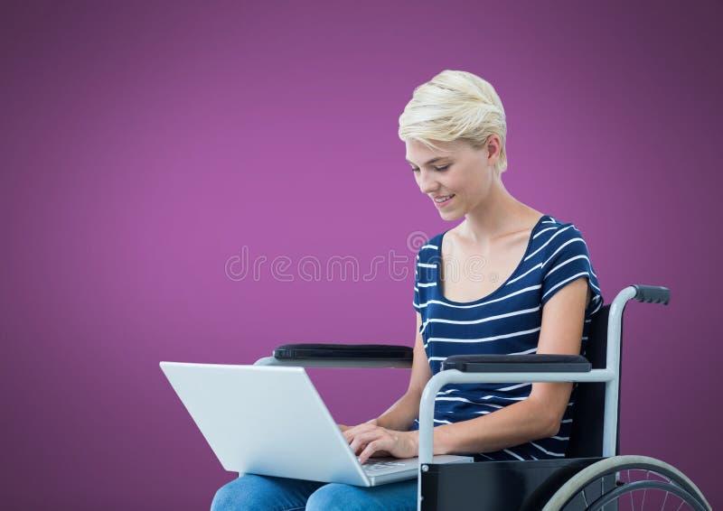 Rörelsehindrad kvinna i rullstol på bärbara datorn med purpurfärgad bakgrund royaltyfri illustrationer