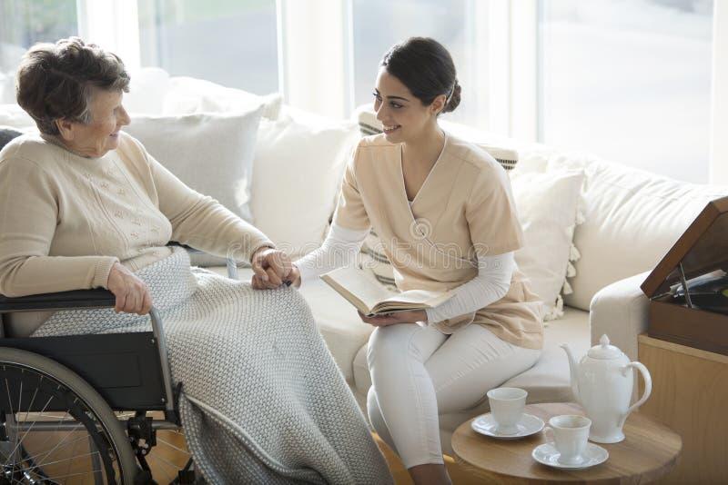 Rörelsehindrad kvinna med den medicinska assistenten royaltyfria foton