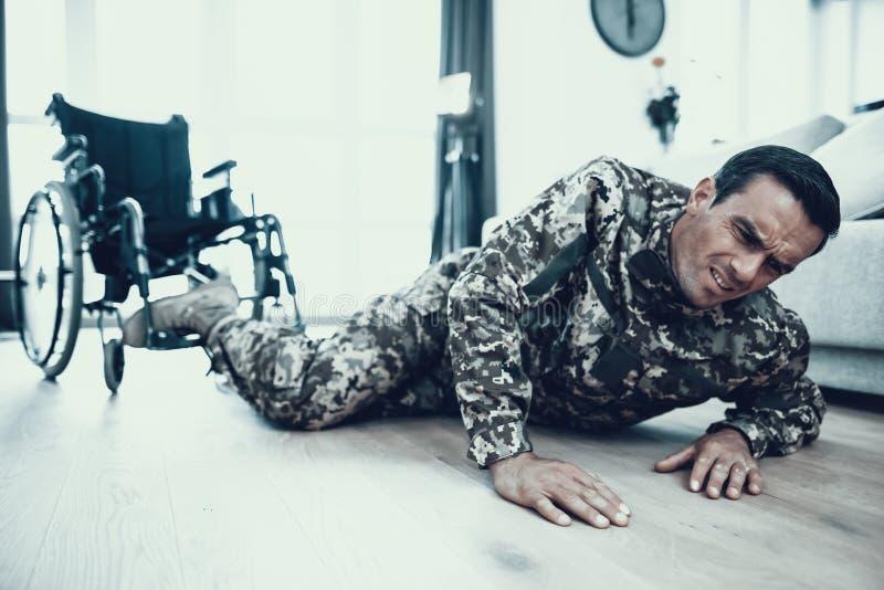 Rörelsehindrad man i likformigavverkning från rullstolen royaltyfri foto