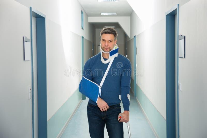 Rörelsehindrad man i sjukhus royaltyfria foton