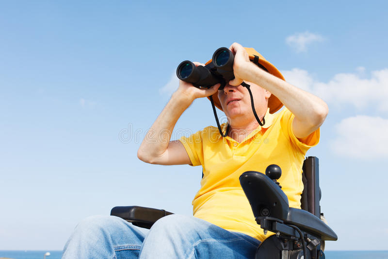 Rörelsehindrad man med binokulärt arkivbild