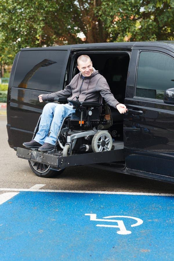 Rörelsehindrad man på rullstolelevator arkivbild