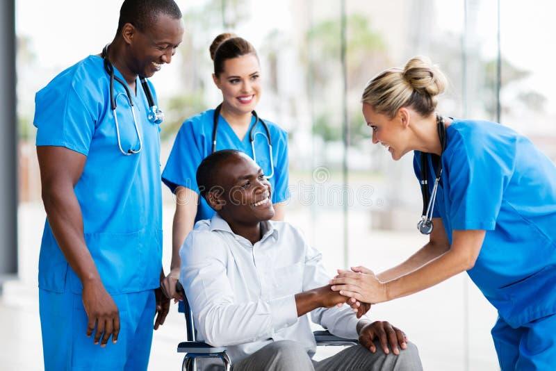 Rörelsehindrad patient för doktorshälsning royaltyfri bild