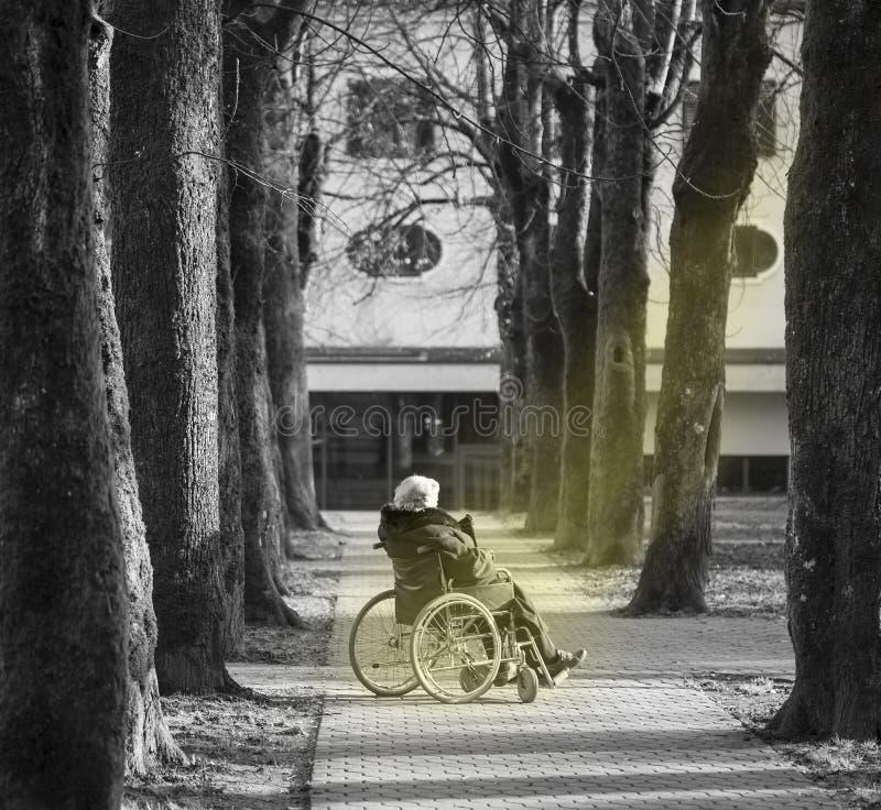 Rörelsehindrad person med hopp royaltyfri foto