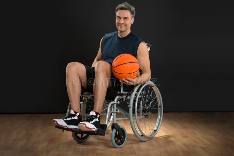 Rörelsehindrad spelare på rullstolen arkivfoton