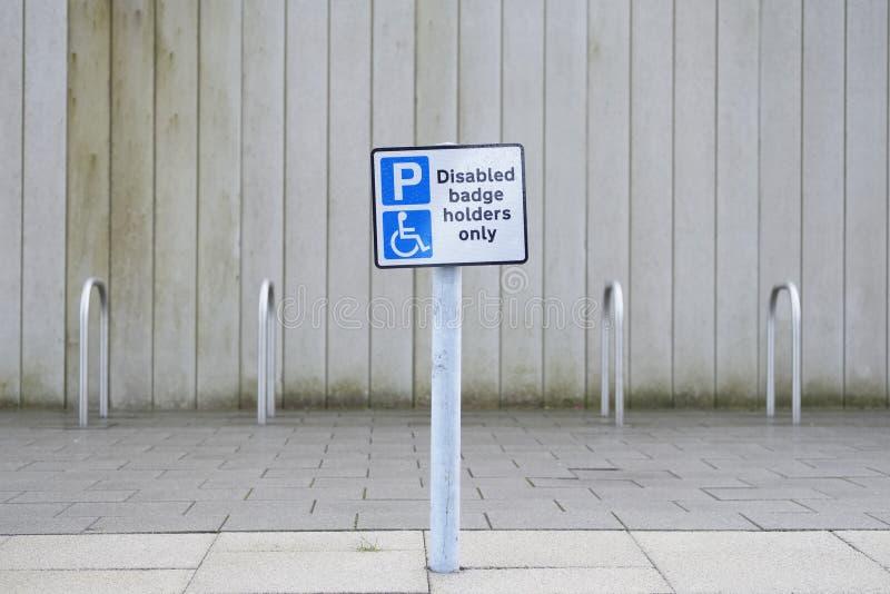 Rörelsehindrade emblemhållare undertecknar endast på den offentliga parkeringshuset fotografering för bildbyråer