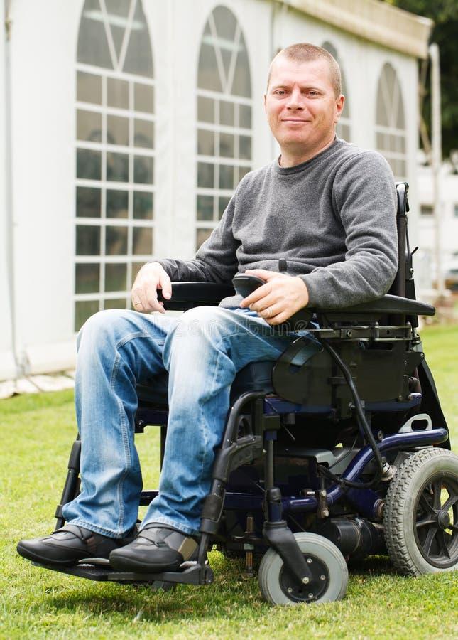 Rörelsehindrade män i rullstol arkivbild