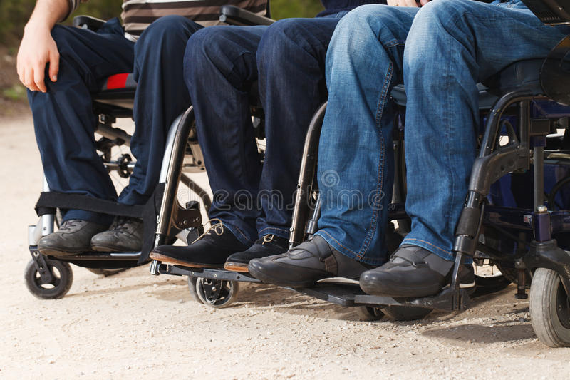 Rörelsehindrade vänner i rullstolar royaltyfri foto