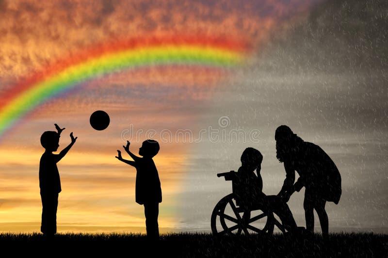 Rörelsehindrat barn i rullstolgråt och hans moder nära barnlek med bollen royaltyfri fotografi