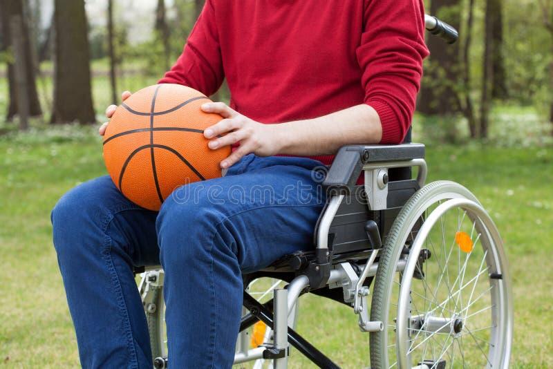 Rörelsehindrat innehav en basketboll royaltyfria foton