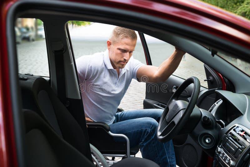 Rörelsehindrat manlogi i hans bil royaltyfri foto