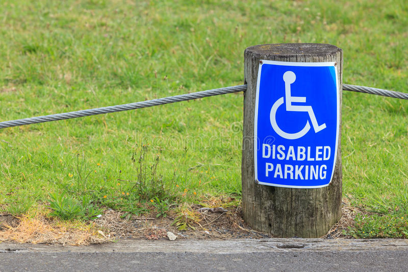 Rörelsehindrat parkeringstecken för personer med handikapp, för providi arkivbilder