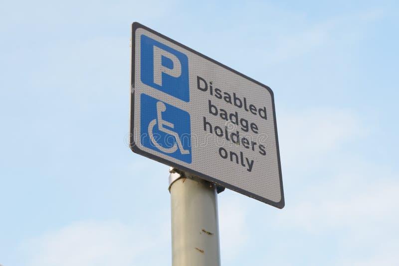 Rörelsehindrat tecken för parkering för emblemhållare endast - fotografering för bildbyråer