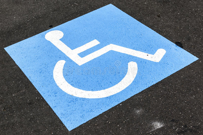 Rörelsehindrat tecken på asfalt arkivfoton