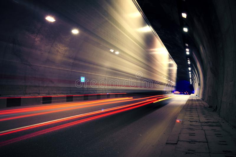 Rörelselastbilen går till och med tunnelen fotografering för bildbyråer