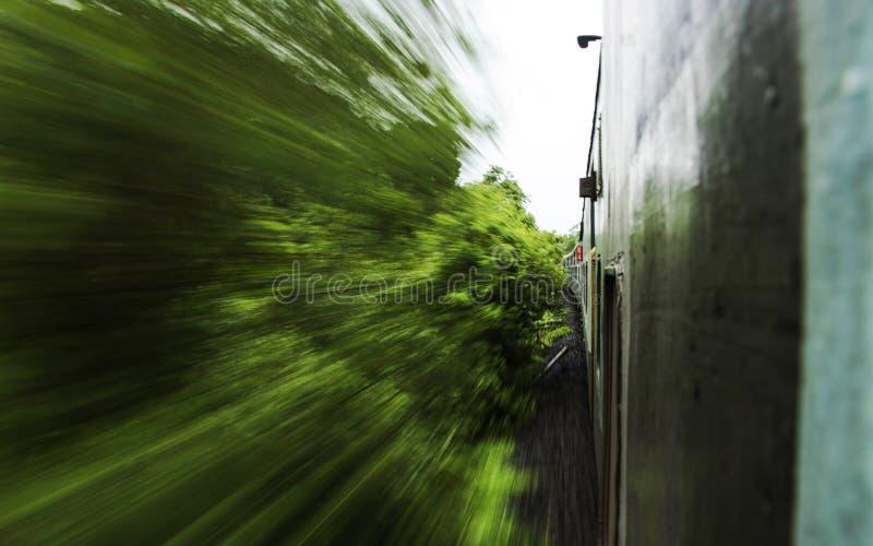 Rörelsesen från ett drev, Konkan järnväg, Indien royaltyfri foto