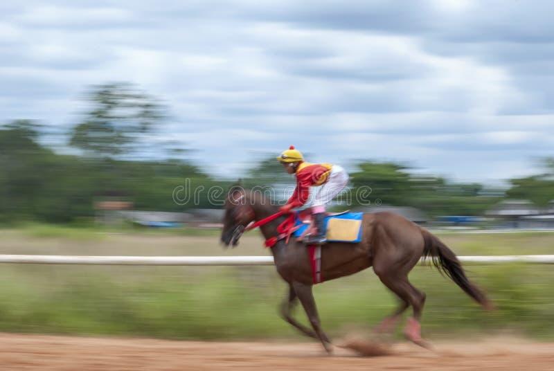 Rörelsesuddighet av hästkapplöpningen arkivfoto