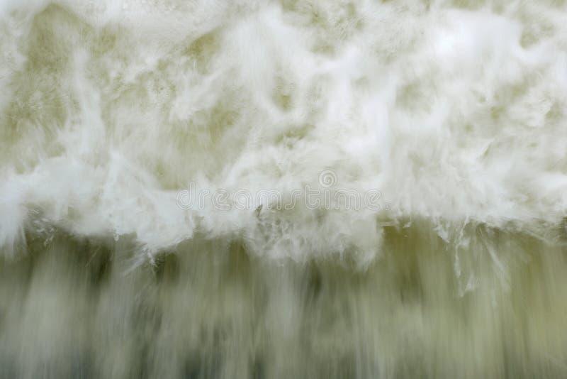 Rörelsesuddighet av kraftigt vågvatten med vitt skum som stiger upp royaltyfri fotografi