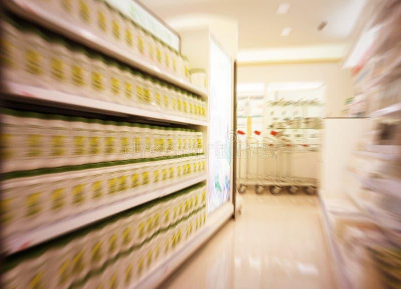 Rörelsesuddighet som fokuseras av supermarket royaltyfri fotografi