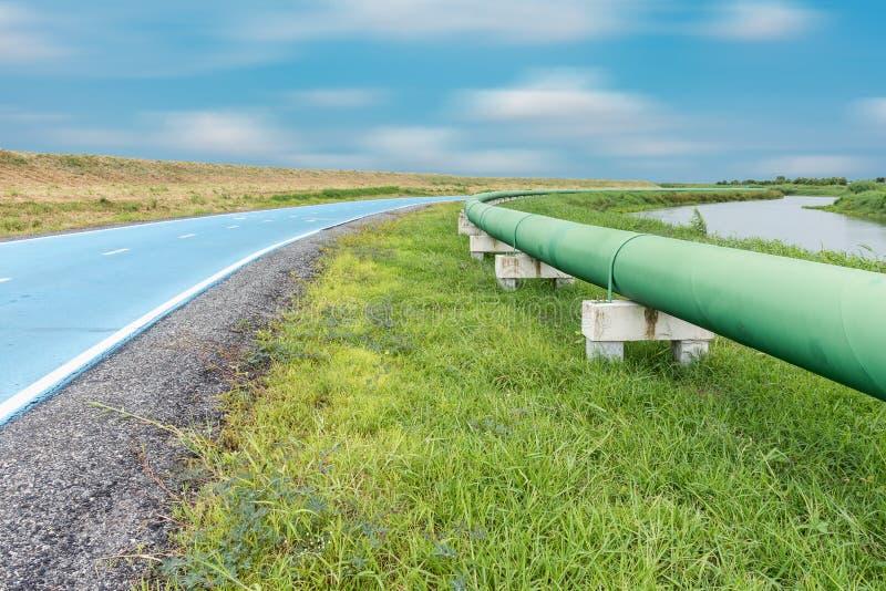 Rörledning och fördelning för rått vatten som är parallella av vägen royaltyfria foton