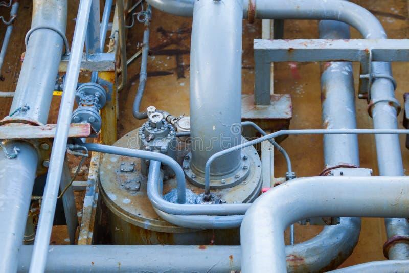 Rörledning på ett däck av en tankfartyg för oljaprodukt royaltyfria bilder