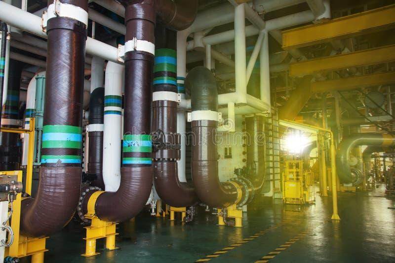 Rörledningproduktion och ventil arkivbild