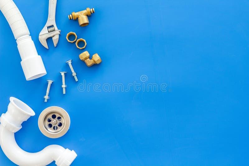 Rörmokarearbete med instrument, hjälpmedel och kugghjulet på blå åtlöje för bästa sikt för bakgrund upp royaltyfria bilder