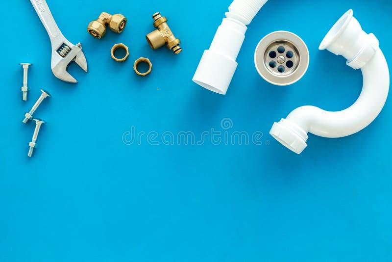 Rörmokarearbete med instrument, hjälpmedel och kugghjulet på blå modell för bästa sikt för bakgrund fotografering för bildbyråer