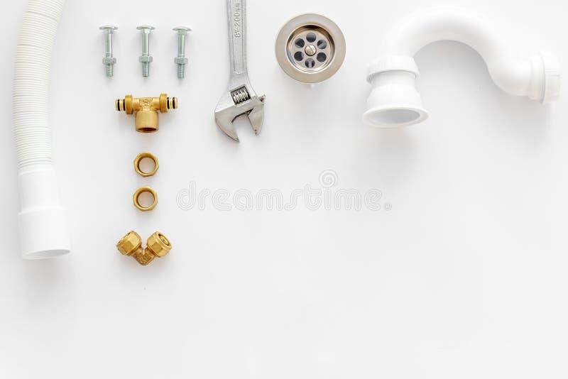 Rörmokarearbete med instrument, hjälpmedel och kugghjulet på vit åtlöje för bästa sikt för bakgrund upp royaltyfri fotografi