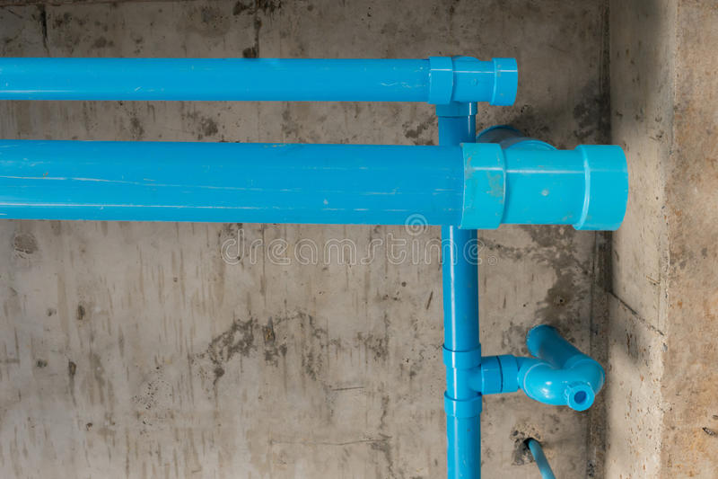 Rörmokeri för pvc för vattenrör under cementtak arkivfoton