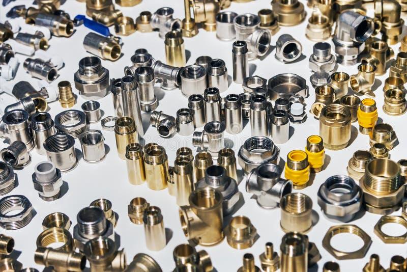Rörmokeri, fixanderör och monteringar för anslutning av vatten eller gassystem arkivfoton