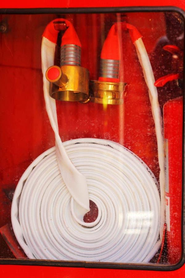Rörrulle för nödläge för brandslang i röd metall boxas arkivbilder