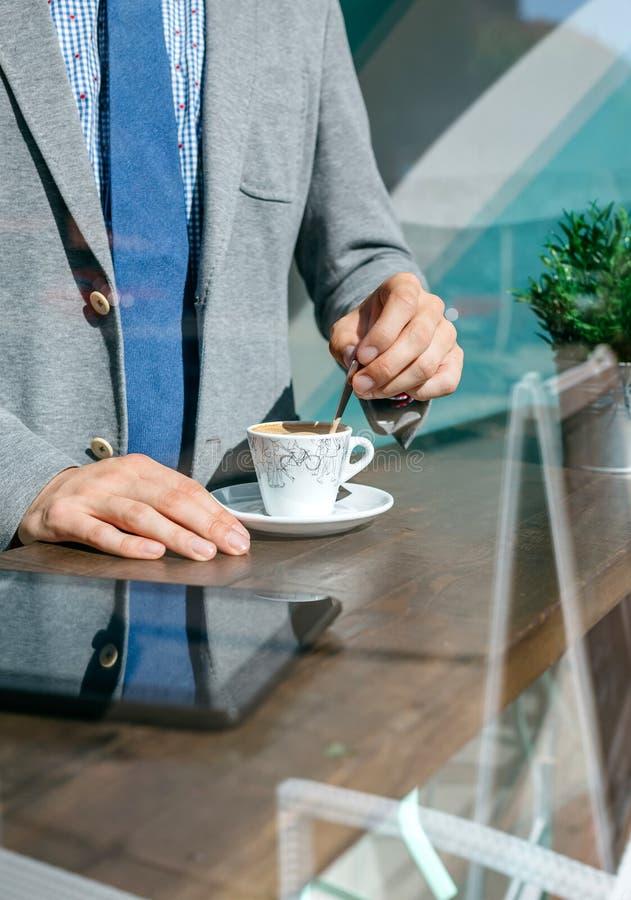 Rört kaffe för oigenkännlig affärsman arkivbilder