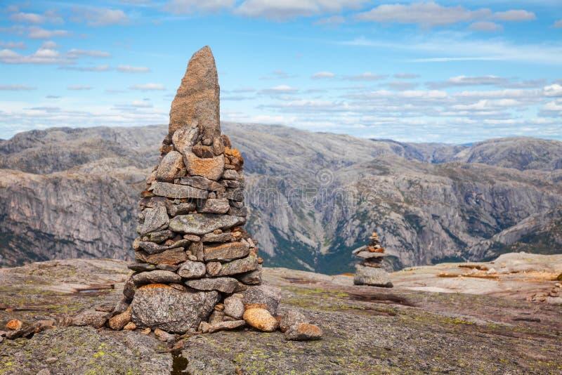Röse på det Kjerag berget Forsand Rogaland Norge Skandinavien royaltyfria foton